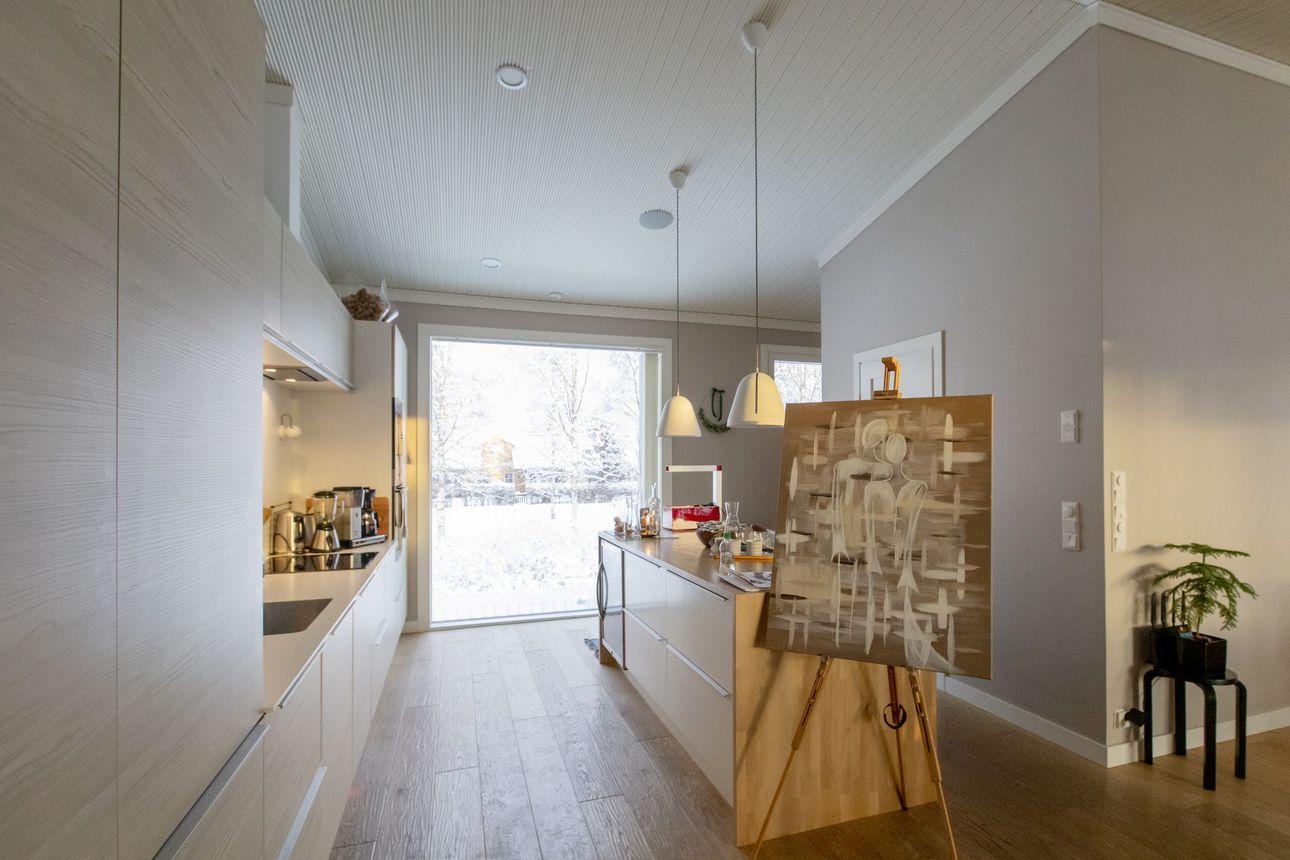 Sisustus syntyy kerroksittain – katso kuvia persoonallisesta ja taiteellisesta kodista