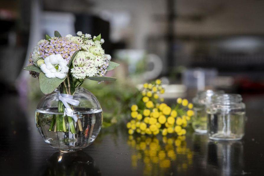 Ryhmittele useita yhden kukan maljakoita pöytäkoristeeksi tai ripottele ne yksittäin sinne tänne. Suunnittele minikimppu maljakon mukaan.