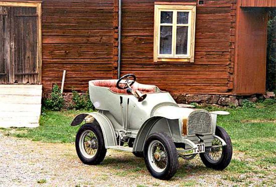 Kaksipaikkaisen Korvensuu-auton pyöreät muodot ovat hämmästyttävän modernit, kun otetaan huomioon auton ikä. Se on valmistunut 1913. Kuva on otettu auton syntysijoilla, Korvensuun maatalouskonetehtaan maalaamon edessä.