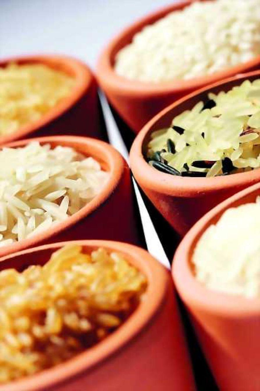 Riisit järjestyksessä. Kuvan riisit ovat: pitkäjyväinen riisi (vasemmalla ylhäällä), basmatiriisi (vasemmalla keskellä), tumma riisi (vasemmalla alhaalla), puuroriisi (oikealla ylhäällä), pitkäjyväisen ja villiriisin sekoitus (oikealla keskellä) ja jasmiiniriisi (oikealla alhaalla).