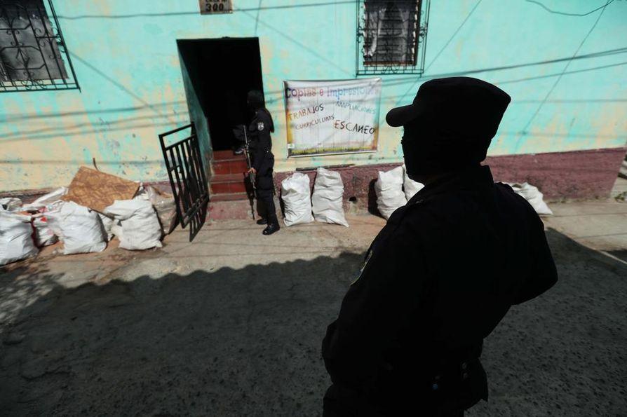 El Salvadorissa jengeillä on paljon valtaa. Pääkaupungissa San Salvadorissa poliisit tekivät ratsian Mara Salvatrucha -jengin tiloihin tammikuussa.