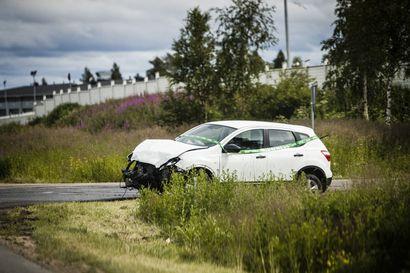 Rovaniemen teollisuusalueella kylkikolari, toinen henkilöauto pyörähti katolleen – Kolme kävi tarkastuttamassa vointinsa