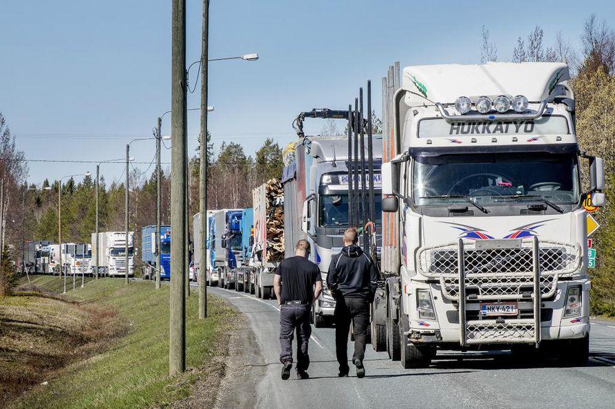Onnettomuus tapahtui Maksniemessä sattuneen kolarin johdosta käytössä olleella kiertotiellä. Kuva Nelostien onnettomuuspaikalta.