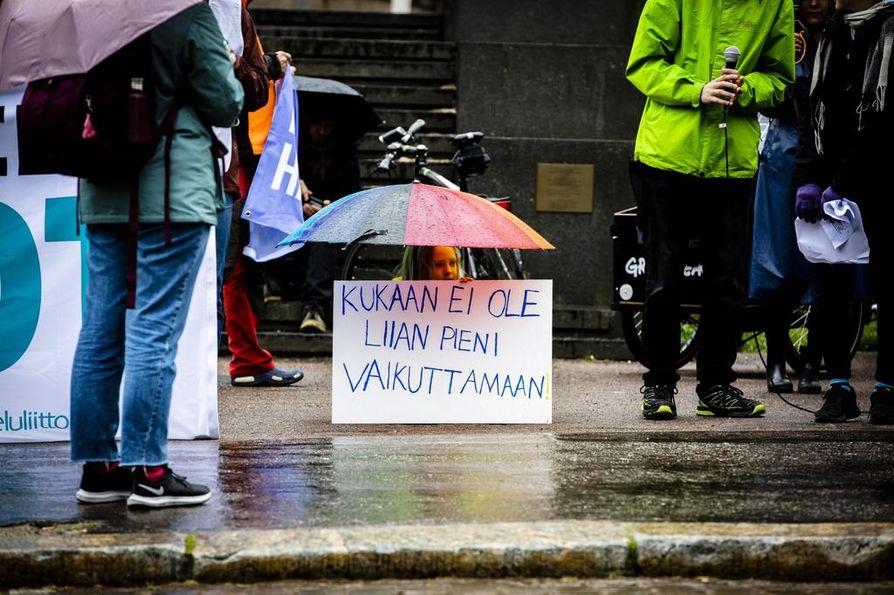 Hallitusneuvottelijoita ovat viime viikkoina evästäneet monet mielenosoittajat eri aiheista. Perjantaina aamulla muistutettiin, että pienikin voi vaikuttaa.