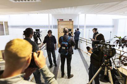 Kuopion kouluhyökkäyksestä epäillyn vangitsemisoikeudenkäynti alkoi — Hyökkäyksestä epäiltyä ei salissa näkynyt edes videoyhteydellä