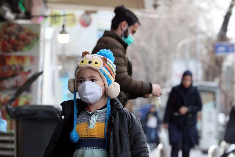 Iranin pääkaupungissa Teheranissa kuten monissa muissakin suurissa kaupungeissa maailmalla liikkuu nyt paljon ihmisiä maskit kasvoilla. Talouspakotteiden muutenkin runtelemassa Iranissa on eniten koronavirustapauksia Lähi-idässä.
