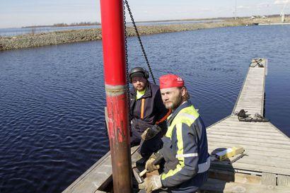 Talven jälkeen laitureissa on aina jotain korjattavaa - veneilykausi on alkanut Meri-Lapissa