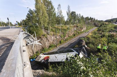 Kuopiossa neljä kuolonuhria vaatinut bussiturma siirtyy syyteharkintaan – linja-autoa kuljettanutta pohjoissuomalaista miestä epäillään useista rikoksista