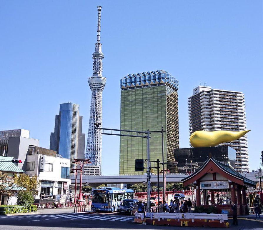 Japanin myydyimmän oluen Asahin pääkonttorin moderni ja villi arkkitehtuuri ei häpeile Tokyo Towerin rinnalla. Kultainen tornitalo oikealla on olutfirman pääkonttori. Se vieressä matala musta rakennus on Asahi Beer Hall, jonka katolla on kultainen taideteos Asahi Flame.
