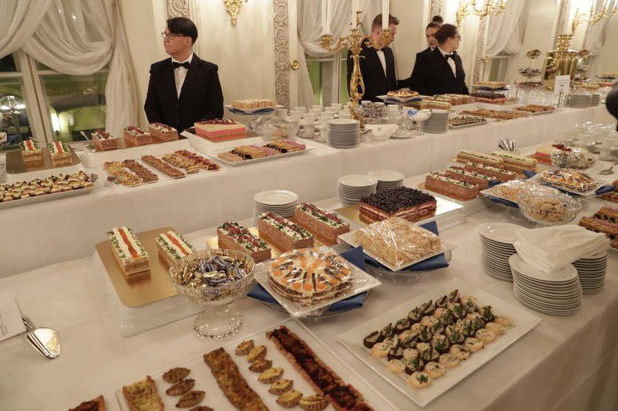 Linnan juhlissa jatkuu oppilaitosyhteistyö. Keittiössä ja tarjoilussa avustavat 28 opiskelijaa Koulutuskeskus Salpauksesta Lahdesta.