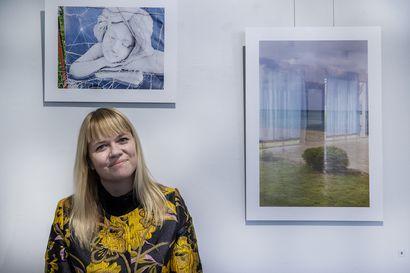 Verna Kovanen kasvoi suomalaiseen lomailukulttuuriin – Nyt hänen valokuvanäyttelynsä kysyy, miten lomakohteiden asukkaille käy