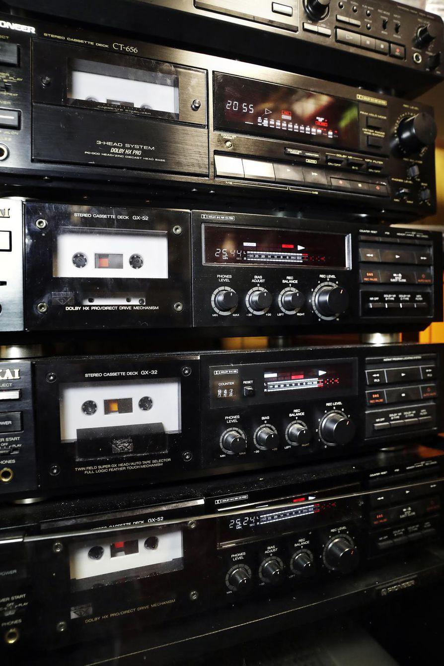 Työpajan kasettidekit ovat 1980¬-1990-lukujen vaihteesta. Tuohon aikaan osattiin tehdä laatusoittimia.