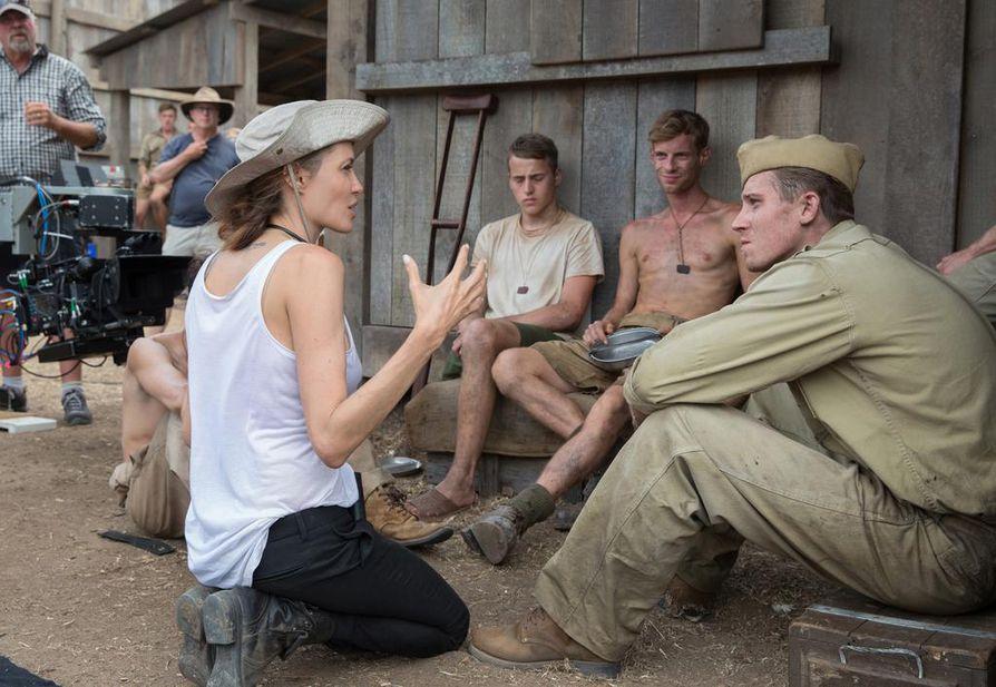 Näyttelijänäkin tunnettu Angelina Jolie ohjasi Murtumaton-elokuvan juoksija Louis Zamperinista. Kuvassa Jolie keskustelee Garrett Hedlundin kanssa, hän näyttelee John Fitzgeraldin roolin.