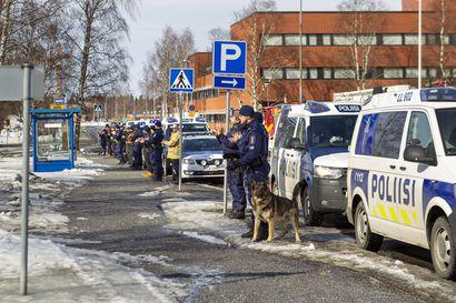 Poliisi, Pelastuslaitos, Rajavartiolaitos ja Tulli järjestivät yllätystempauksen Länsi-Pohjan keskussairaalan eteen