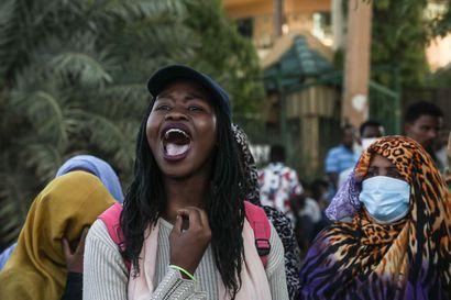 Sudan sallii alkoholin käytön ei-muslimeille ja uskosta luopumisen – naisten sukupuolielinten silpominen kielletään