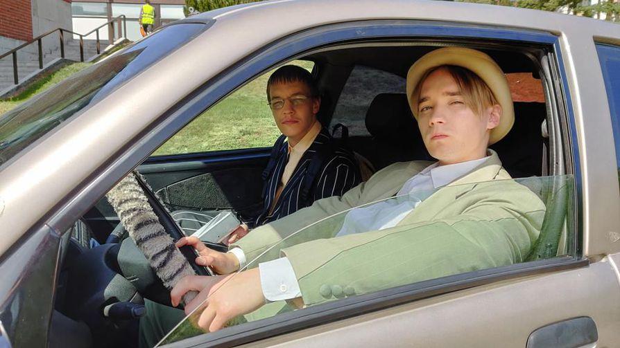 Duo-sarjassa Joona (Joose Kääriäinen) ja Samu (Juho Nummela) yrittävät selvitä lukiosta ja päästä eroon äidin uudesta miehestä. Sarja keräsi julkaisuviikollaan 2,16 miljoonaa katselukertaa.