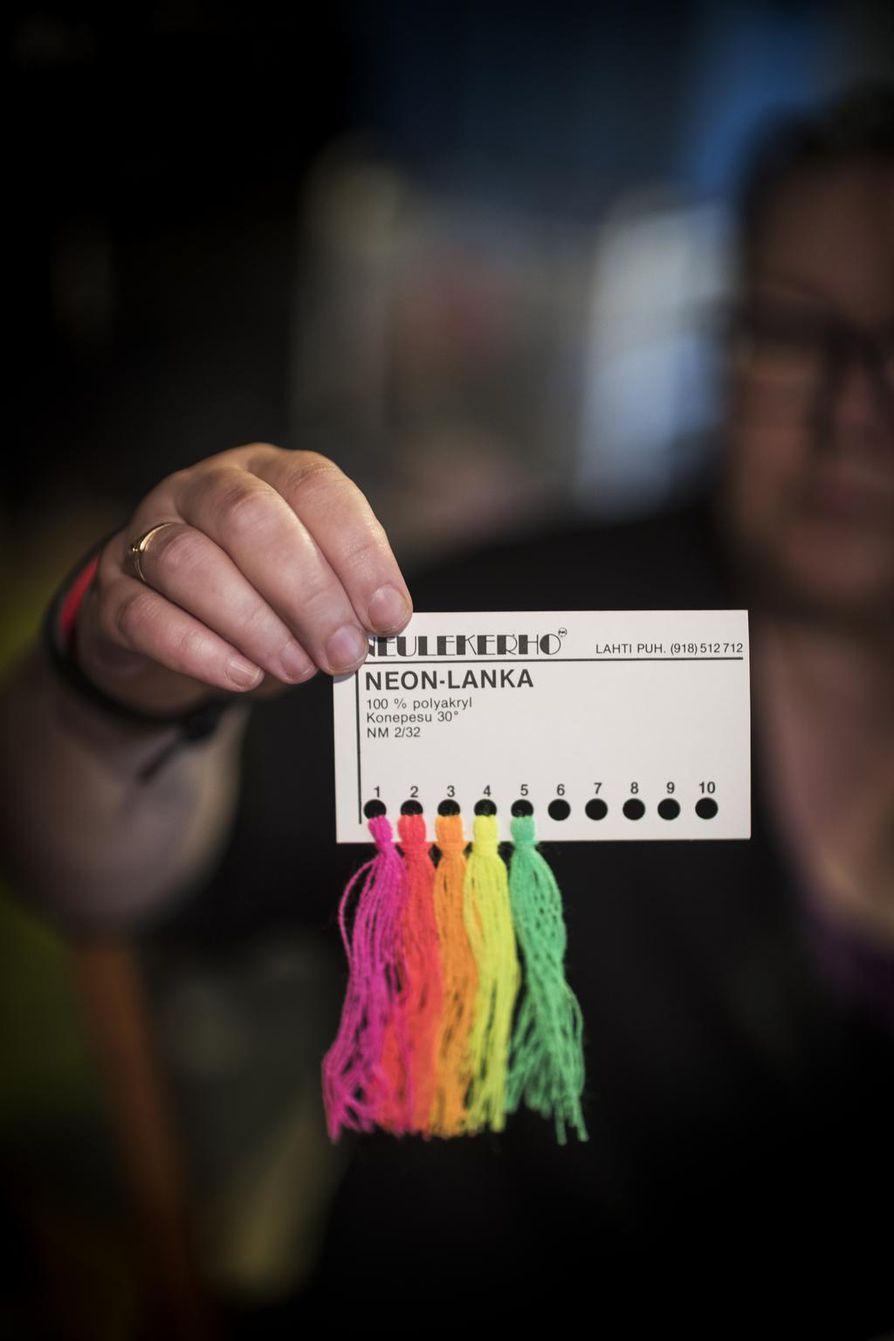 Sirpa Luttinen pitää siitä, että värejä voi vaihdella nopeasti mielihalujen mukaan. – Näistä retrohenkisistä neonväreistä tulisi hieno Dingo-huivi.