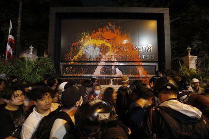 Thaimaan pääministeri uhkasi koventaa otteita mielenosoittajia vastaan – protestoijat vaativat pääministerin eroa ja muutoksia monarkiaan