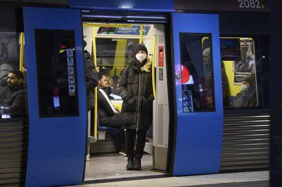 Ruotsin parlamentti hyväksyi väliaikaisen koronalain – hallitus voi viimein asettaa kokoontumisrajoituksia ja rajoittaa kauppojen aukioloaikoja