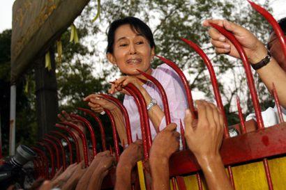 Syrjäytetty Aung San Suu Kyi määrättiin Myanmarissa tutkintavankeuteen – poliisi löysi kotietsinnässä radiopuhelimia