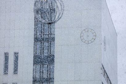 Lukijan kysymys: Missä ovat Kemin kaupungintalon kellon viisarit?