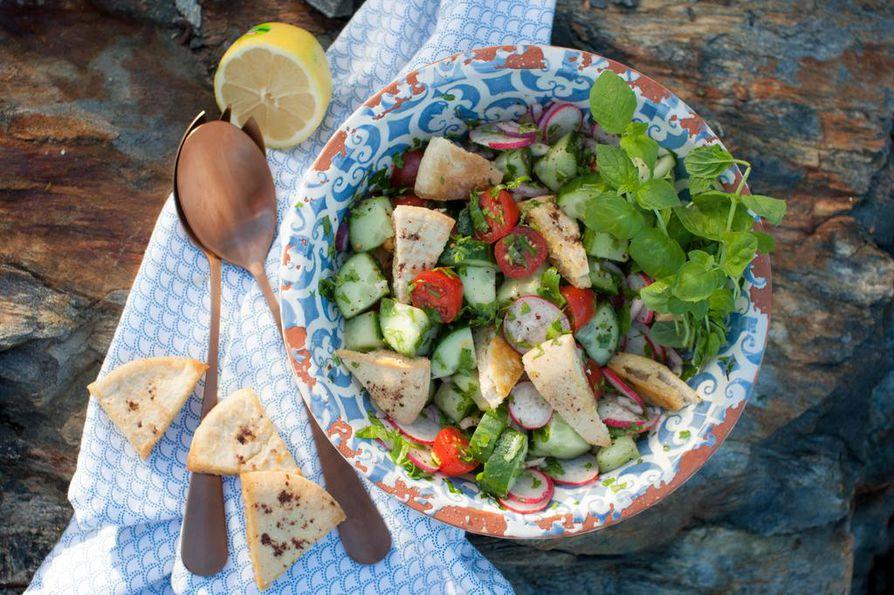 Libanonilaisten lempisalaatti tarjotaan usein osana meze-pöytää. Sen kylkeen sopii kunnon kimpale fetajuustoa.