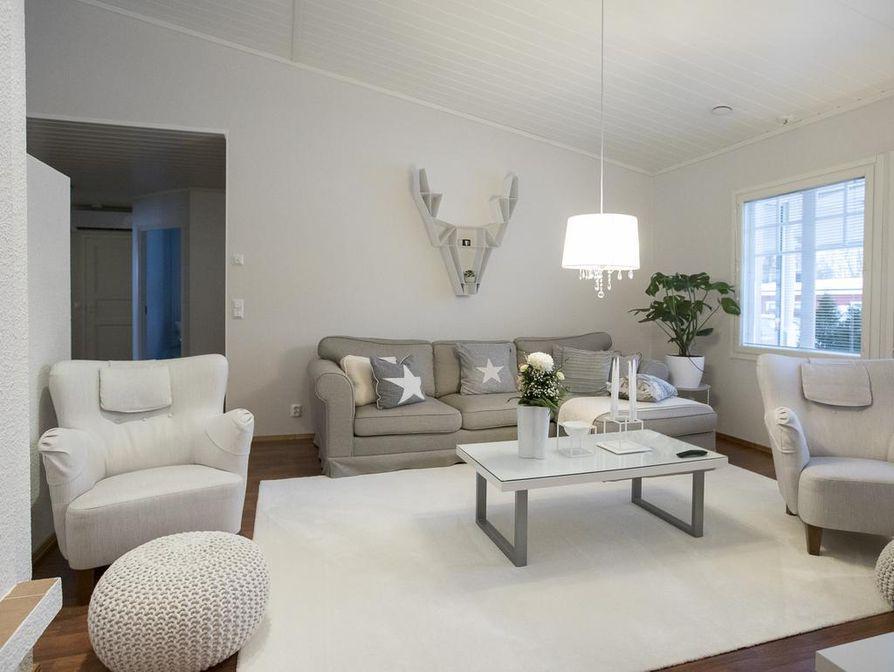 Sekä sivu- että olohuoneessa seinällä on Bette Eklundin suunnittelema peuranpäähylly.