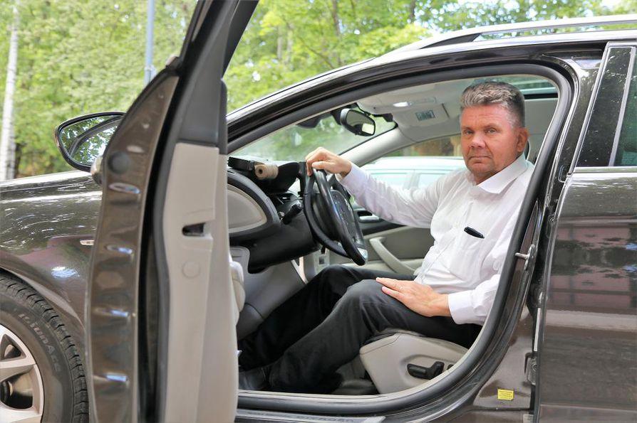Taksinkuljettaja Eppu Linjamaa perää opetusluvan hakijoilta ajokokemusta ja kypsää asennetta ennen opettajaksi ryhtymistä.