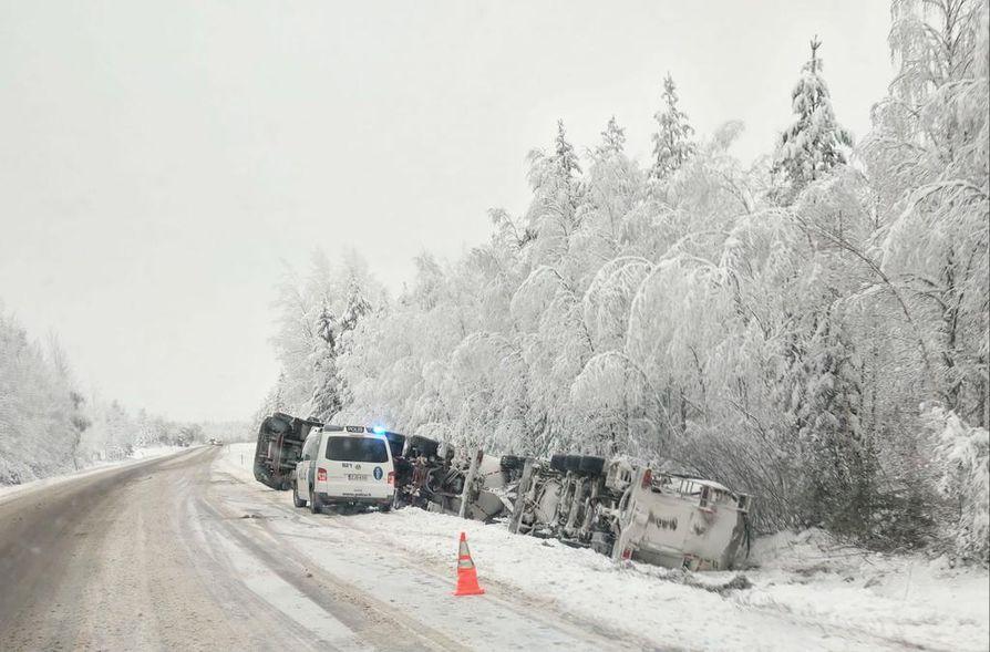 Rehulastissa ollut ajoneuvoyhdistelmä ajautui ojaan ja kaatui kyljelleen.
