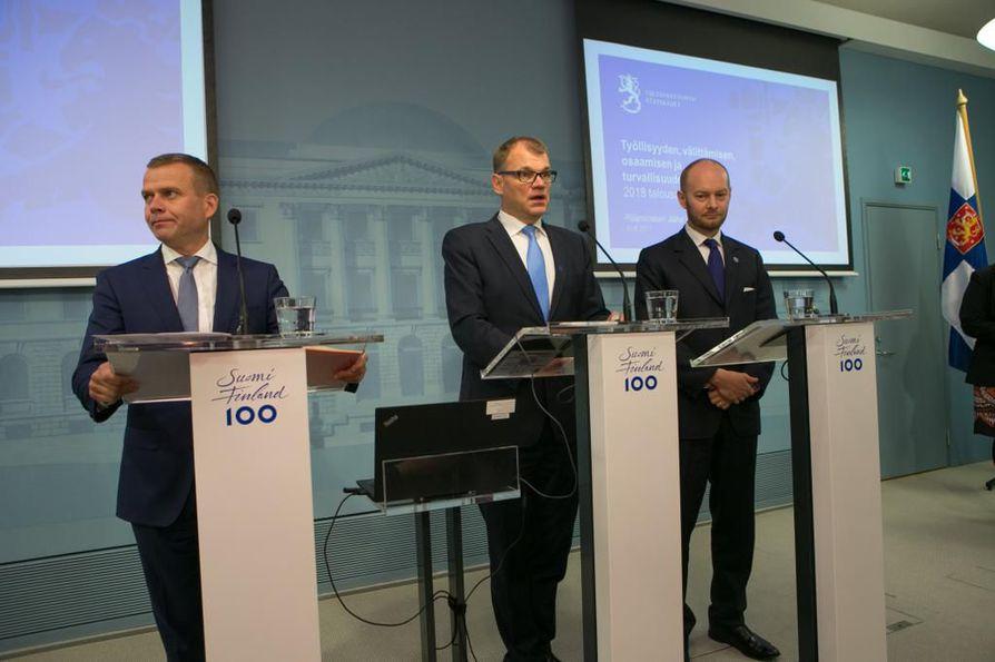 Petteri Orpo, Juha Sipilä ja Sampo Terho esittelivät torstaina hallituksen budjettiesitystä, jossa turvallisuus nousee keskiöön.