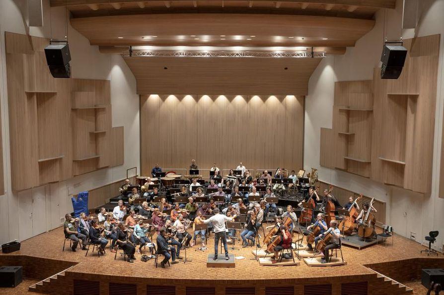 Oulu Sinfonian orkesterissa soittaa 61 muusikkoa, joista 17 on ulkomaalaistaustaisia.