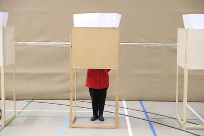 Henkilötunnuksen muutos ei estäisi äänestämistä kevään kuntavaaleissa – vaalipaikoille tulee koronarajoituksia, mutta vaalien siirto on ison kynnyksen takana