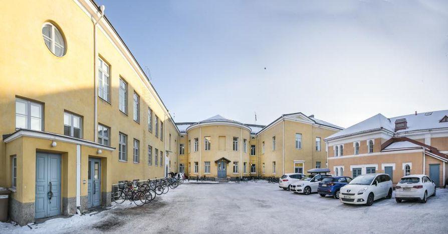 Oulun Lyseon lukio on kiireellisen remontin tarpeessa, mutta asiaa puidaan vielä loppusyksy. Valtuusto kuuli hankkeesta maanantaina, kaupunginhallitus käsittelee hankeselvityksen tiistaina ja valtuusto päättänee asiasta ennen joulua kaupungin budjetin yhteydessä.