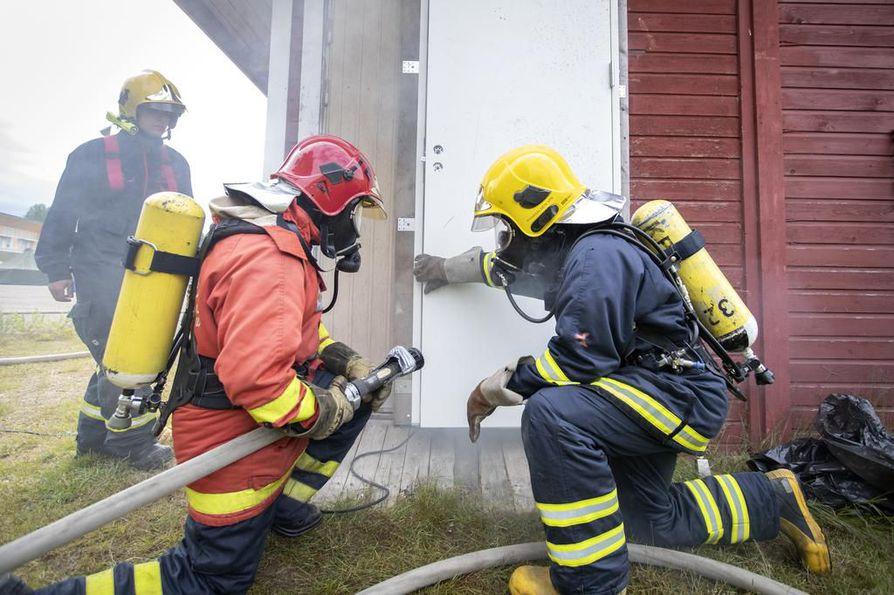 Teemu Hiltunen (vas.) veti savusukelluskoulutusta tulitaistelijakurssilla Ylikiimingin palokuntanuorten leirillä. Antti Varajärvi ja Tuomas Ruuska valmistautuivat tehtävään.