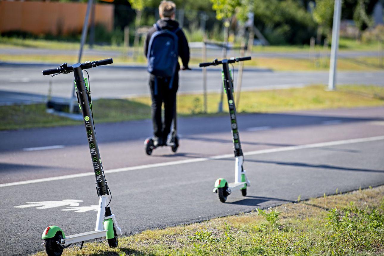 Sähköpotkulaudalla liikutaan kaupungissa samoilla säännöillä kuin polkupyörällä, joten jalkakäytäville ei ole asiaa