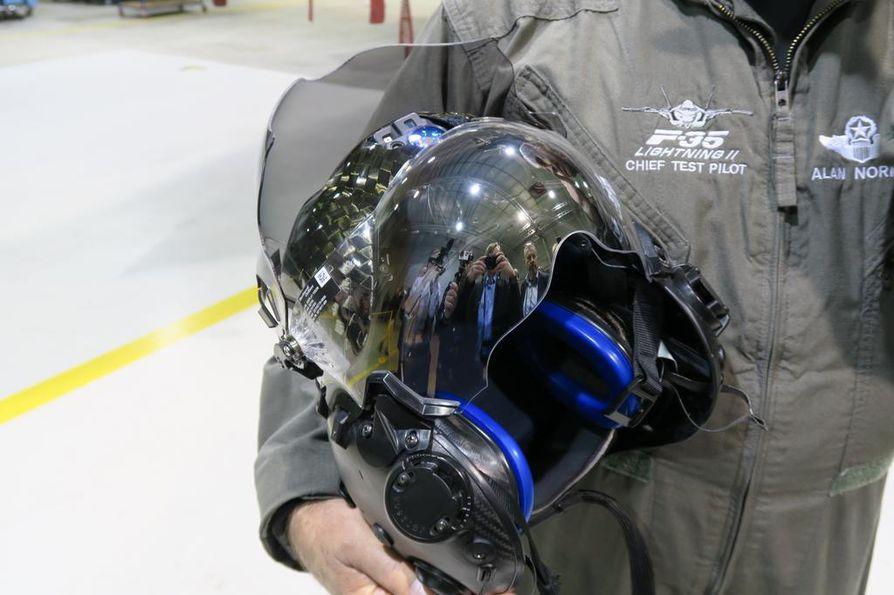 F-35 on viidennen sukupolven hävittäjäkone, ja koelentäjä Alan Norman kutsuu päähinettään kolmannen sukupolven kypäräksi.