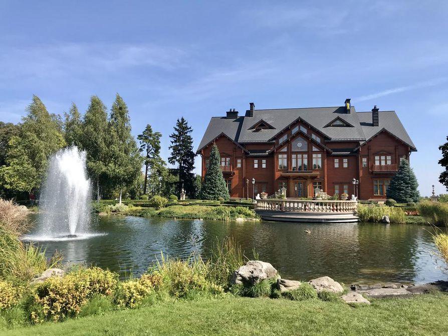 Suomalainen arkkitehtuuri innoitti Ukrainan presidenttiä Viktor Janukovitshia. Hänen klubitalonsa sai nimen Honka. Rakennus kuuluu nyt hyväntekeväisyyssäätiölle.