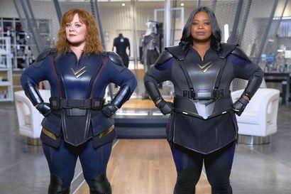 Arvio: Naiskaksikko pelastaa kaupungin supersankarikomediassa, jossa vitsiä lypsetään kuin Spede Show'ssa konsanaan