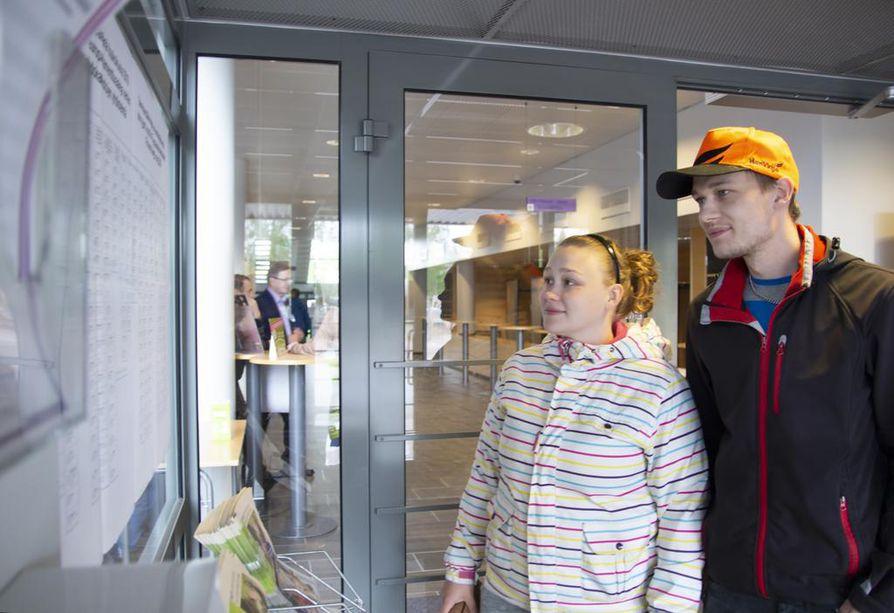 Heidi Saastamoinen ja Mikko Heikkilä kävivät vielä viime hetkellä ehdokaslistat läpi ennen vaalihuoneistoon suuntaamistaan.