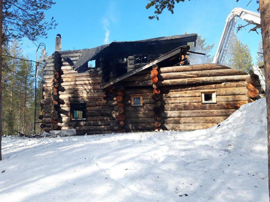 Kaksikerroksinen mökki tuhoutui tulipalossa torstain ja perjantain välisenä yönä.