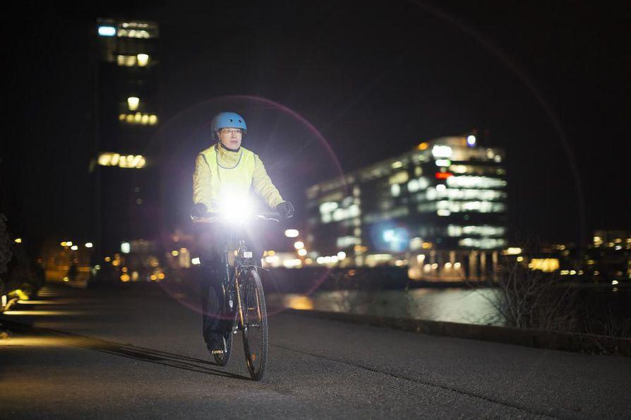 Lain mukaan polkupyöräilijän on käytettävä ajovaloa hämärän ja pimeän aikaan. Valon enimmäistehoa ei kuitenkaan ole säädelty mitenkään.