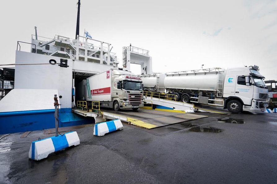 Euroopan komissio haluaa päästörajoituksia uusiin raskaisiin ajoneuvoihin, joita unionin alueella käytetään. Tavoitteena on vähentää liikenteen päästöjä. Arkistokuva Vaasan satamasta.