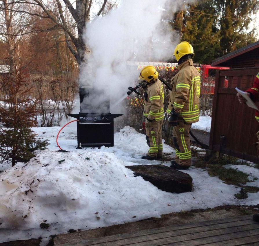 Palomiehet joutuivat sammuttamaan grillipalon Kempeleessä torstaina.
