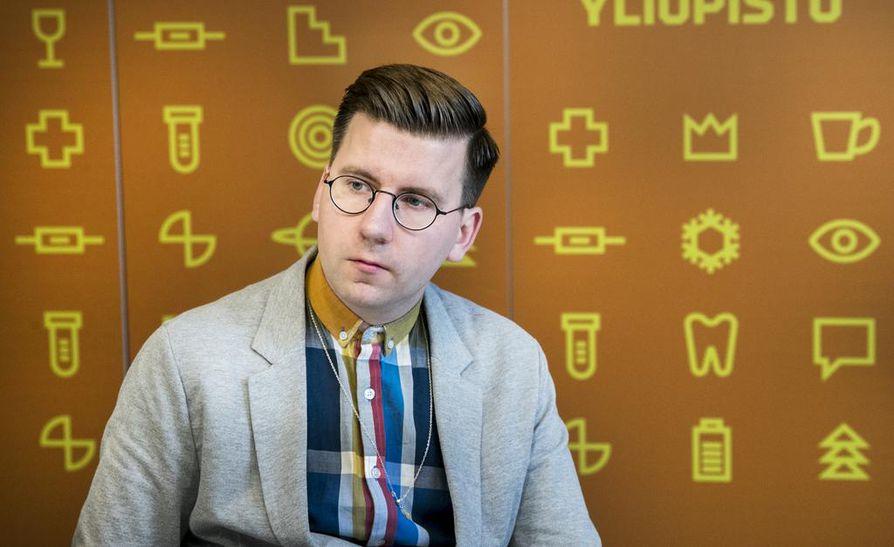 Oululainen Sebastian Tynkkynen tuli aikoinaan tunnetuksi tosi-tv-sarjasta Big Brother. Tynkkynen ponnisti kirkaasti kansanedustajanpaikalle perussuomalaisten riveissä.