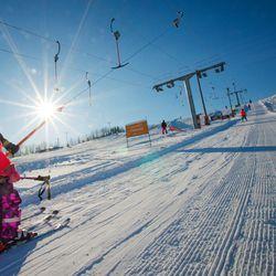 """Talvilomaviikko käynnistyi Köykkyrin ja Ruskotunturin rinteissä vilkkaasti – """"Suksien ja lumilautojen kanssa turvavälit säilyvät luonnostaan"""""""