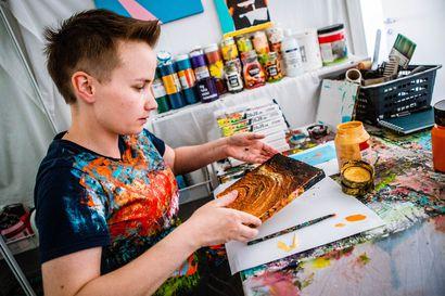 Kaksisuuntainen mielialahäiriö teki Sonja Huhtaniskasta taiteilijan – Maalausten myötä hän kokee onnistuneensa jättämään maailmaan itsestään jäljen, joka ei katoa
