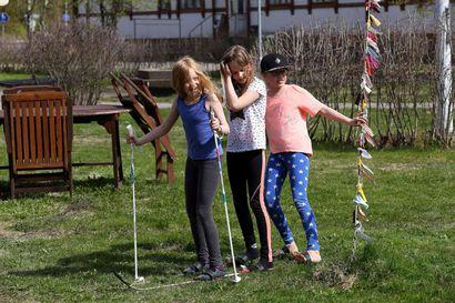 Kesäleiri täynnä tanssia, leikkiä ja nurmikkohiihtoa