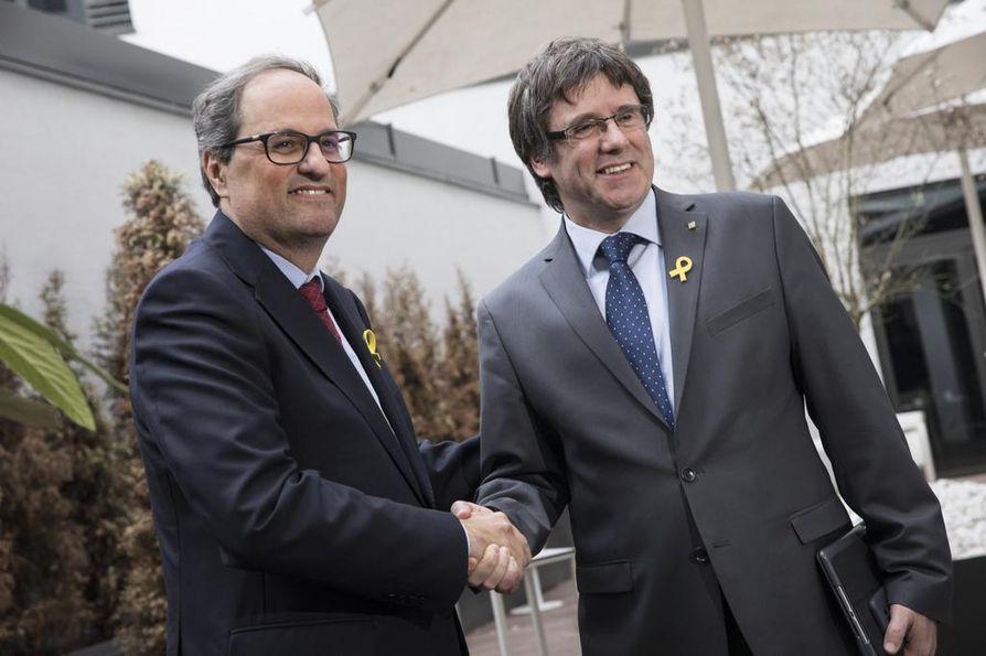 Katalonian uusi aluejohtaja Quim Torra (vas.) paiskasi tiistaina Berliinissä kättä edeltäjänsä Carles Puigdemontin kanssa.