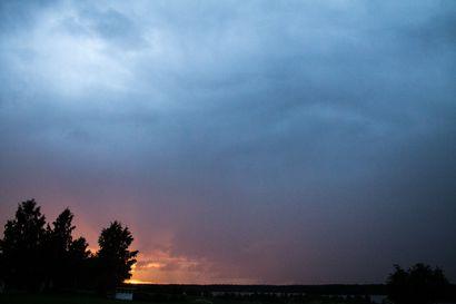"""Koillismaalle jyrinää ja vettä – Paula-myrskyn kaltaisia puunkaatopuuskia ei tarvitse kuitenkaan pelätä: """"Kauhean koville puuskille siinä ei ole mahdollisuuksia"""""""