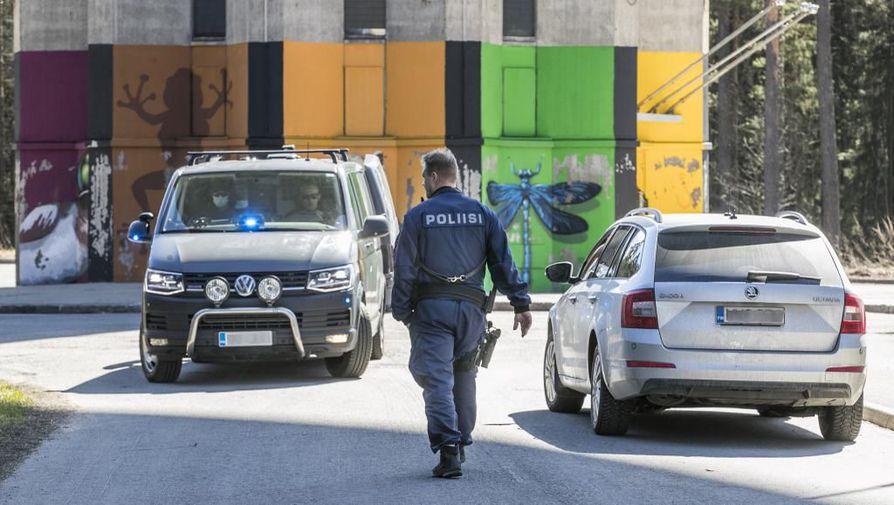 Miestä ammuttiin ylävartaloon Puolivälinkankaalla torstaina puolenpäivän aikaan. Ampuminen käynnisti laajan poliisioperaation. Epäiltyä tekijää ei oltu tavoitettu vielä kello 17 aikaan.